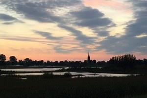 skyline Batenburg in avondzon